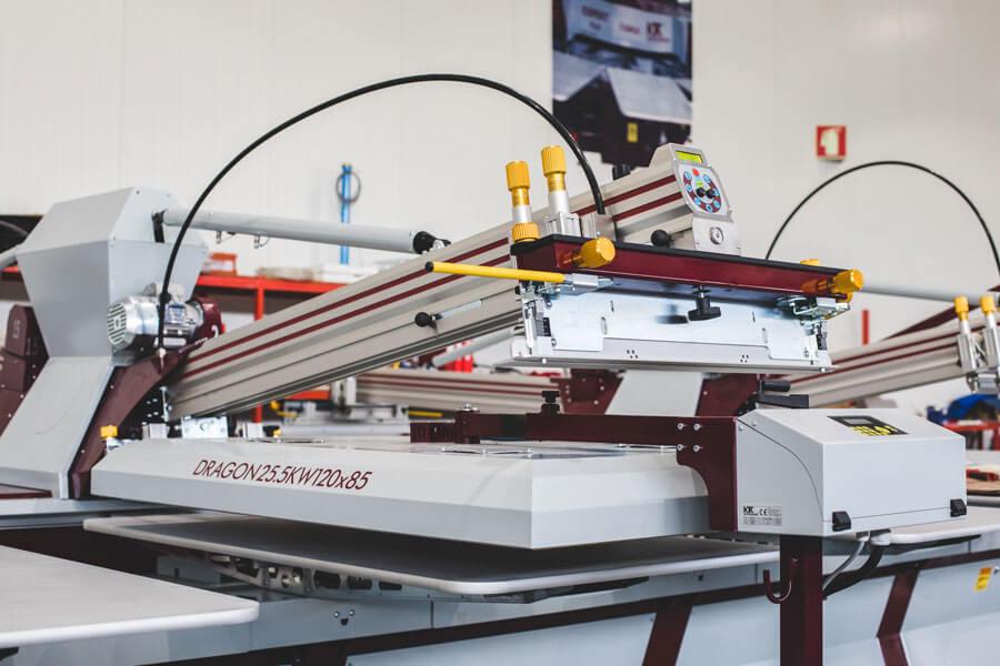 Capacidade de posicionamento dos Flashes por baixo de cabeças de impressão (quando em posição de limpeza)