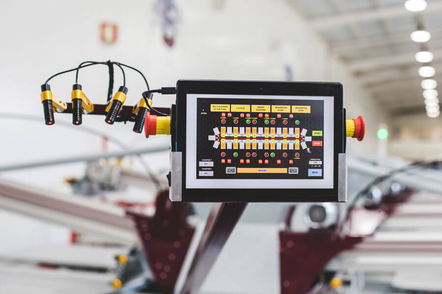 Tablet que serve de painel de controlo secundário e segundo braço de lasers