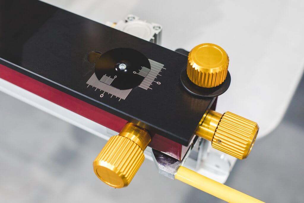 Sistema de ajuste de cuadros con ayuda de escala Vernier