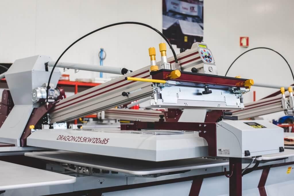 Capacidad de colocar una unidad de pre-secado KTK Dragon debajo de los cabezales de impresión