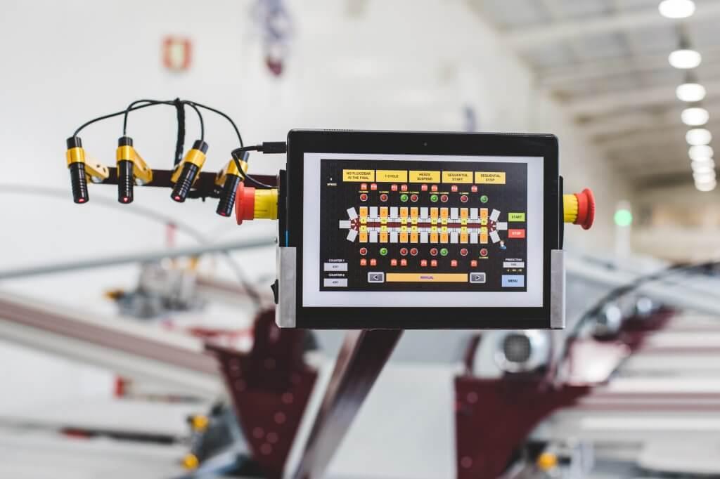 Tablette servant de panneau de commande secondaire et de bras de second laser