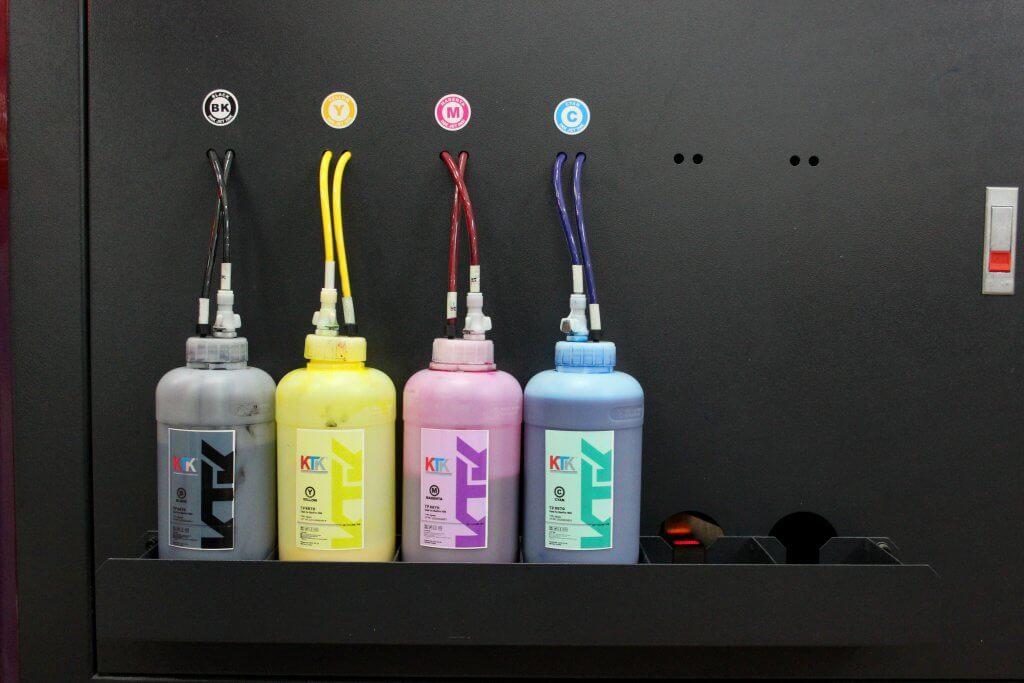 Soporte de embalaje de tinta expuesto en el lateral de la máquina para un fácil reemplazo